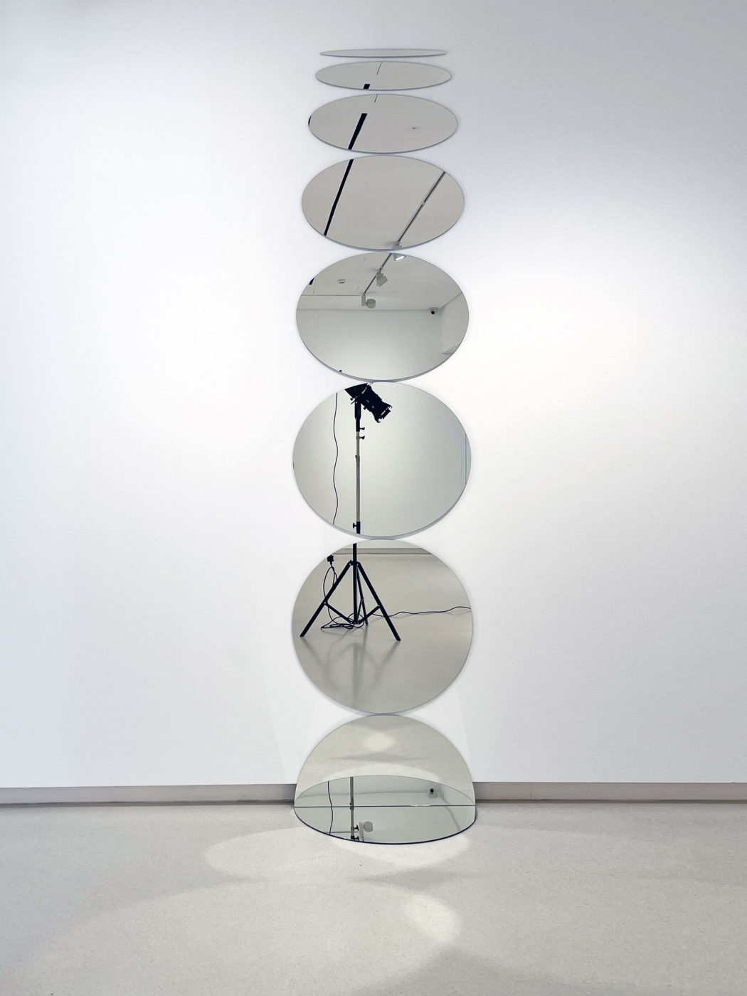 Escultura de Olafur Eliasson Eight circle rotation, 2008. 8 espejos, aluminio y goma
